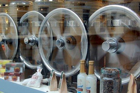 Kaffemøllerne snurrer i vinhandlen
