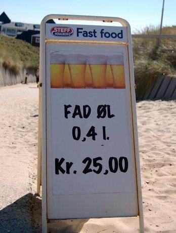 I Toppens Isbar i Søndervig kan man købe fad øl.