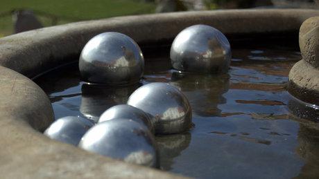 Metalkuglerne svømmede rundt i springvandet uden for Gl. Hammelmoses hoveddør.