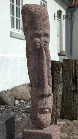 Bent Jessens stenskulpturer smiler os i møde ved herregårdens hoveddør.