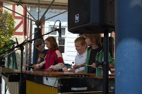 Marimbaorkestrets juniorhold spiller.