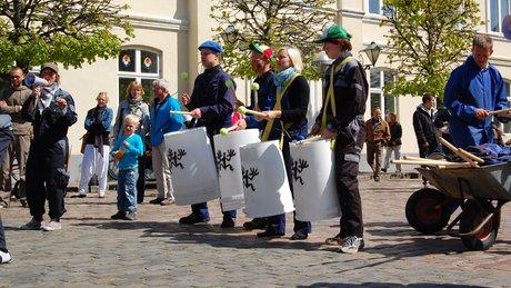Skraldhede Stomp spiller på torvet i Ringkøbing.