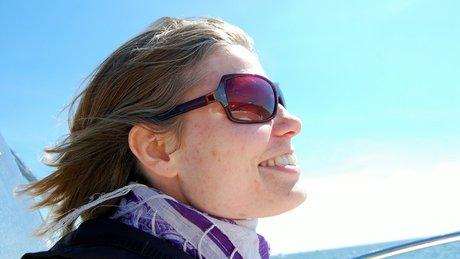 Malene med et smørret smil og vind i håret