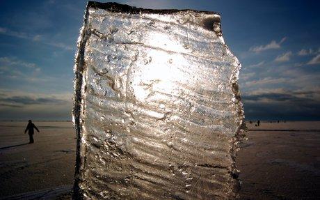Solen set gennem et stykke is.