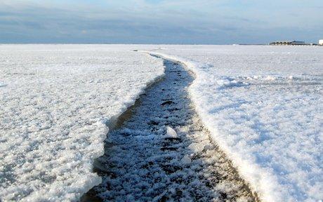 Isen er sprækket og frosset til igen.