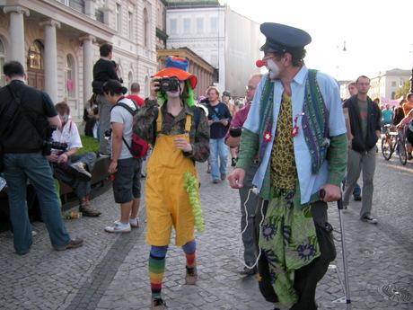 Clowns Army als Überwacher