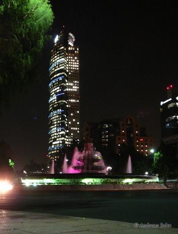 Diana la Cazadora vor dem Torre Mayor bei Nacht