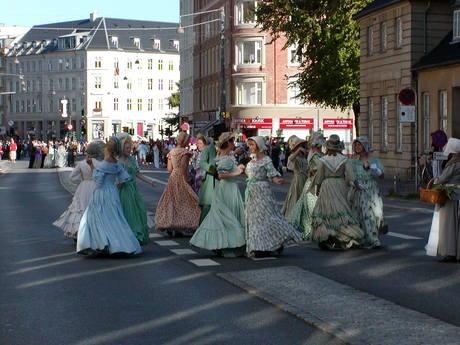 Fiolspiller og dansende kvinder i forbindelse med HC Andersen-paraden 3. september 2005